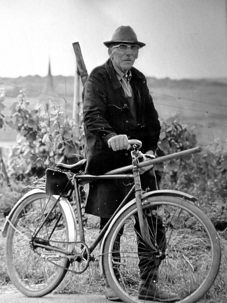 grand-père Jean à vélo en noir et blanc